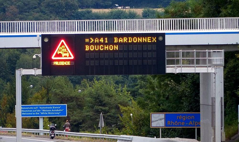 Circulation routière : pourquoi utiliser des panneaux à LED ?